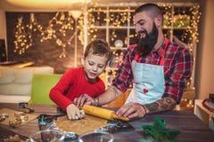 Galletas de la Navidad del pan de jengibre de la hornada del padre y del hijo fotos de archivo libres de regalías