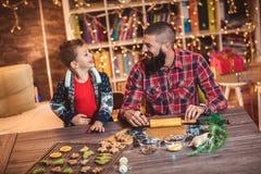 Galletas de la Navidad del pan de jengibre de la hornada del padre y del hijo foto de archivo