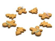Galletas de la Navidad en el fondo blanco Hornada de la Navidad Fabricación de las galletas de la Navidad del pan de jengibre Con Imagen de archivo