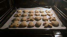 Galletas de la Navidad en el horno