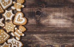 Galletas de la Navidad en fondo de madera Fotografía de archivo libre de regalías