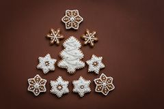 Galletas de la Navidad en la forma de básico hecho a mano de los copos de nieve para su decoración fotografía de archivo libre de regalías