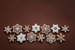 Galletas de la Navidad en la forma de básico hecho a mano de los copos de nieve para su decoración fotografía de archivo