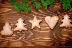 Galletas de la Navidad en la tabla de madera rústica en noche de la Navidad Fotos de archivo libres de regalías