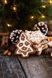 Galletas de la Navidad en una tabla de madera Foto de archivo