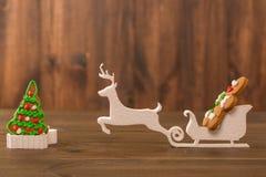 Galletas de la Navidad galletas del microprocesador en la tabla de madera rústica E galleta del día de fiesta Galletas Galletas d Fotografía de archivo