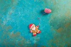 Galletas de la Navidad Hombre del jengibre en un suéter coloreado Pan de jengibre santa Imagen de archivo