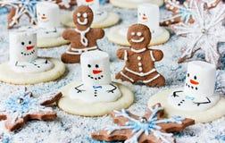 Galletas de la Navidad - muñeco de nieve de fusión, hombre de pan de jengibre, copo de nieve Imagenes de archivo