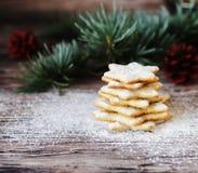 Galletas de la Navidad o del pan de jengibre del Año Nuevo en una caja de madera Fotos de archivo