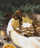 Galletas de la Navidad o del pan de jengibre del Año Nuevo en una caja de madera Fotografía de archivo libre de regalías