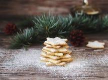 Galletas de la Navidad o del pan de jengibre del Año Nuevo en una caja de madera Foto de archivo libre de regalías