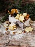 Galletas de la Navidad o del pan de jengibre del Año Nuevo en una caja de madera Fotos de archivo libres de regalías