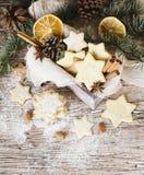 Galletas de la Navidad o del pan de jengibre del Año Nuevo en una caja de madera Imagenes de archivo