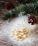 Galletas de la Navidad o del pan de jengibre del Año Nuevo en una caja de madera Imágenes de archivo libres de regalías