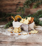 Galletas de la Navidad o del pan de jengibre del Año Nuevo en una caja de madera Fotografía de archivo