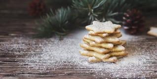 Galletas de la Navidad o del pan de jengibre del Año Nuevo en una caja de madera Imagen de archivo libre de regalías