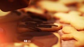 Galletas de la Navidad que cuecen - panadería de Navidad - celebración festiva del invierno almacen de metraje de vídeo