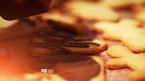 Galletas de la Navidad que cuecen - panadería de Navidad - celebración festiva del invierno almacen de video
