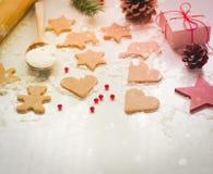 Galletas de la Navidad, regalos y conos de abeto Foto de archivo
