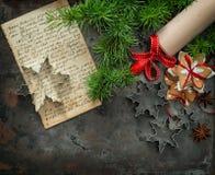 Galletas de la Navidad Vintage de los cortadores del libro y de la galleta de la receta de la hornada Imágenes de archivo libres de regalías