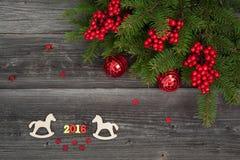 Galletas de la Navidad y árbol de abeto en el fondo de madera Foto de archivo