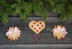 Galletas de la Navidad y árbol de abeto en el fondo de madera fotos de archivo