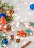 Galletas de la Navidad y del Año Nuevo Tarjeta de Navidad con el boke coloreado Imagenes de archivo