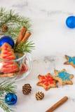 Galletas de la Navidad y del Año Nuevo Tarjeta de Navidad con el espacio para el te Fotografía de archivo libre de regalías