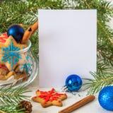 Galletas de la Navidad y del Año Nuevo Tarjeta de la Feliz Navidad con el espacio Imagen de archivo libre de regalías