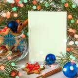 Galletas de la Navidad y del Año Nuevo Tarjeta de la Feliz Navidad con el espacio Imágenes de archivo libres de regalías