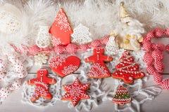 Galletas de la Navidad y juguetes retros hechos a mano foto de archivo