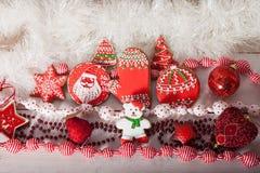 Galletas de la Navidad y juguetes retros hechos a mano fotografía de archivo