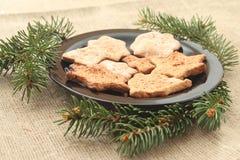 Galletas de la Navidad y ramas de árbol Imágenes de archivo libres de regalías