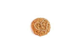 galletas de la nuez de la avena con las galletas hechas en casa de la cinta en forma de corazón Imagenes de archivo