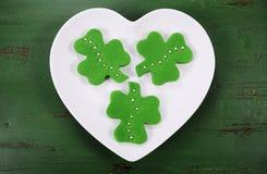 Galletas de la pasta de azúcar del verde de la forma del trébol del día del St Patricks Fotografía de archivo libre de regalías