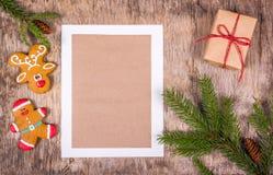 Galletas de la rama y del pan de jengibre de árbol de navidad en un viejo fondo de madera Decoraciones de la Navidad y hoja en bl Imagenes de archivo