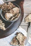 Galletas de la semilla de lino, del sésamo, del girasol y de las especias, visión superior Fotos de archivo