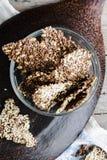Galletas de la semilla de lino, del sésamo, del girasol y de las especias, visión superior Fotografía de archivo