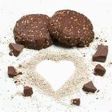 Galletas de la semilla del chia del chocolate con el corazón del chia imágenes de archivo libres de regalías