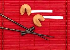 Galletas de la suerte y palillos negros Año Nuevo chino Fotos de archivo