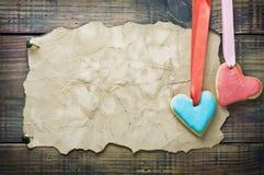 Galletas de la tarjeta del día de San Valentín y papel viejo con el espacio para la enhorabuena Imagenes de archivo
