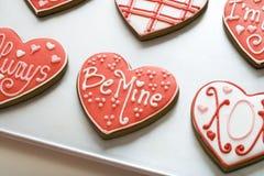 Galletas de la tarjeta del día de San Valentín en la bandeja Fotos de archivo