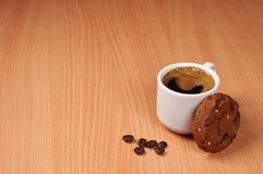 Galletas de la taza y del chocolate de café Imagenes de archivo