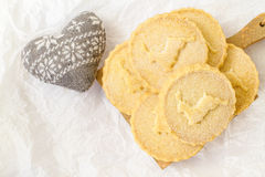 Galletas de la torta dulce en la superficie blanca Imágenes de archivo libres de regalías
