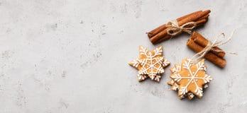 Galletas de los copos de nieve del pan de jengibre de la Navidad en fondo gris fotos de archivo