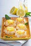 Galletas de los macarrones de coco con la cuajada de limón fotos de archivo libres de regalías