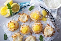Galletas de los macarrones de coco con la cuajada de limón fotografía de archivo