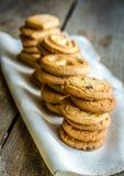 Galletas de mantequilla dispuestas en fila Imagen de archivo libre de regalías