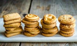 Galletas de mantequilla dispuestas en fila Imagenes de archivo