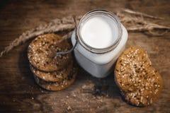 Galletas de mantequilla hechas en casa de cacahuete en la tajadera imagen de archivo libre de regalías